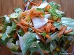 Viel Plastik, wenig Salat, gemischter Salat