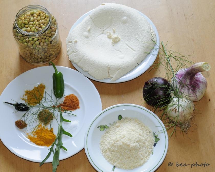 Tofumasse, Sojabohnen, Gewürze und Mandelmehl vereinen sich zu leckeren Frikadellen.