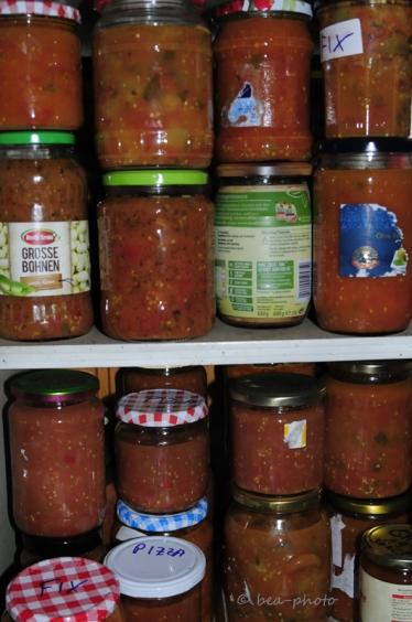 Tomatensauce selber gemacht in Gläsern.