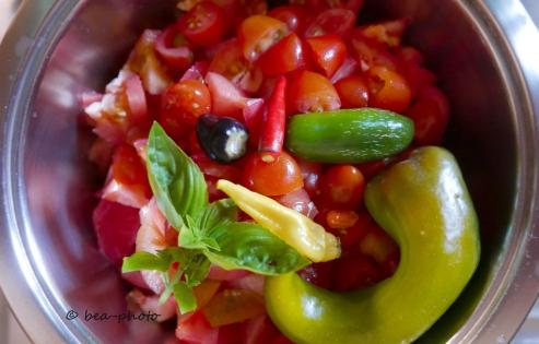 Tomaten, Chilis und Basilikum ergeben eine leckere selbstgemachte Sauce.
