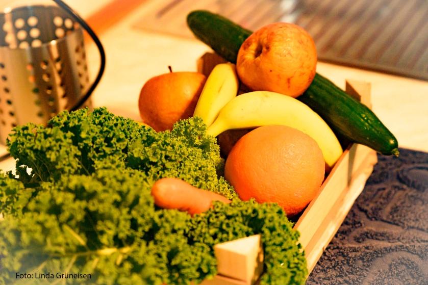 Grünkohl, Gurke, Apfel, Birne, Möhre, Apfelsine, Banane landen im Smoothie.