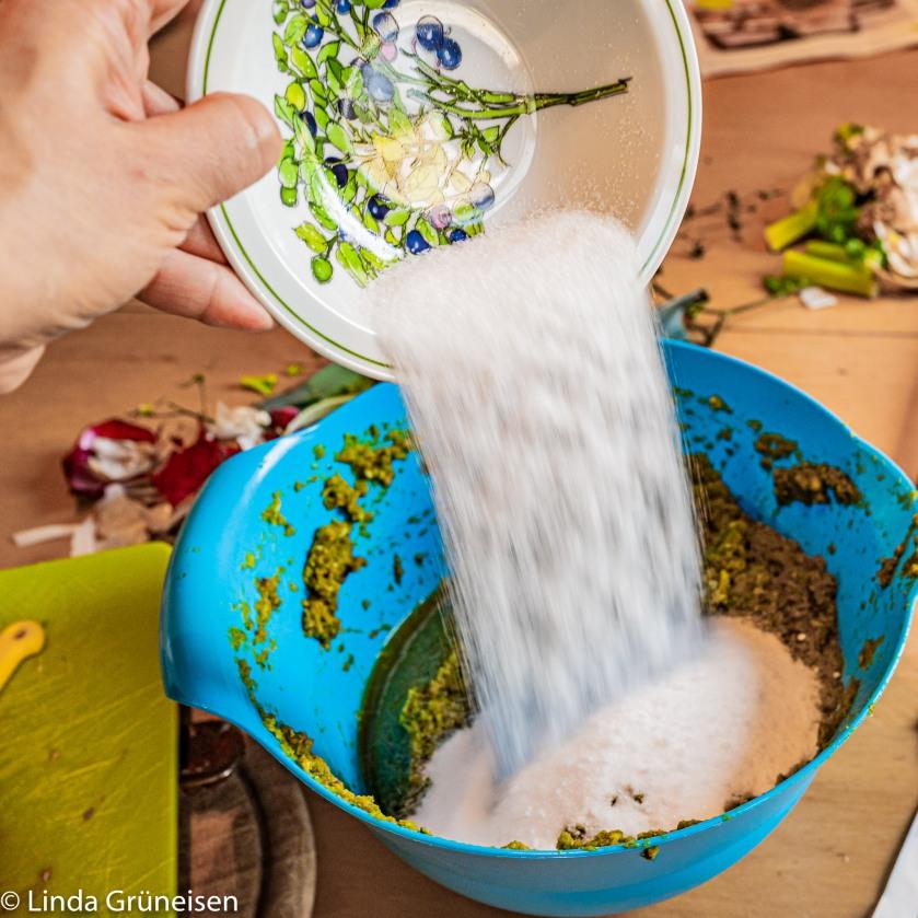 Salzzugabe für Gemüsepaste