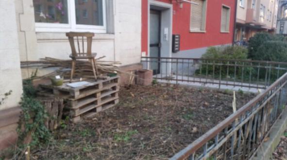 Aufgeräumter Vorgarten mit Stuhl